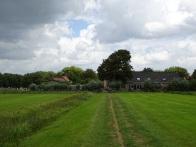 Tussen de boerderijen door
