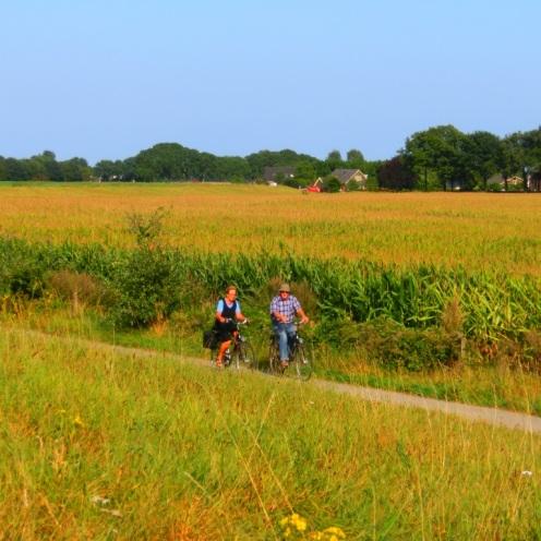 fietsers-onderaan-de-grasdijk