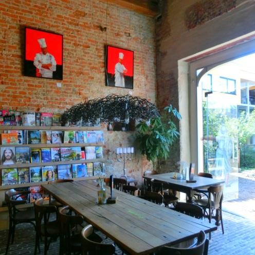 grandcafe-met-leestafel