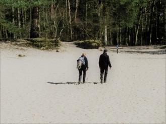 Wandelaars door het zand