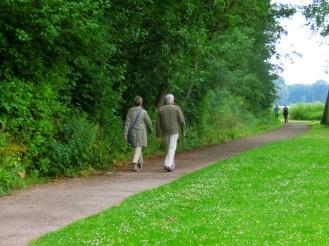 Wandelaars bij de plas