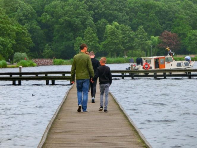 Wandelaars over de vlonder Kralingse Plas