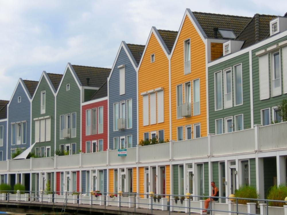 Houten huizen aan Rietplas