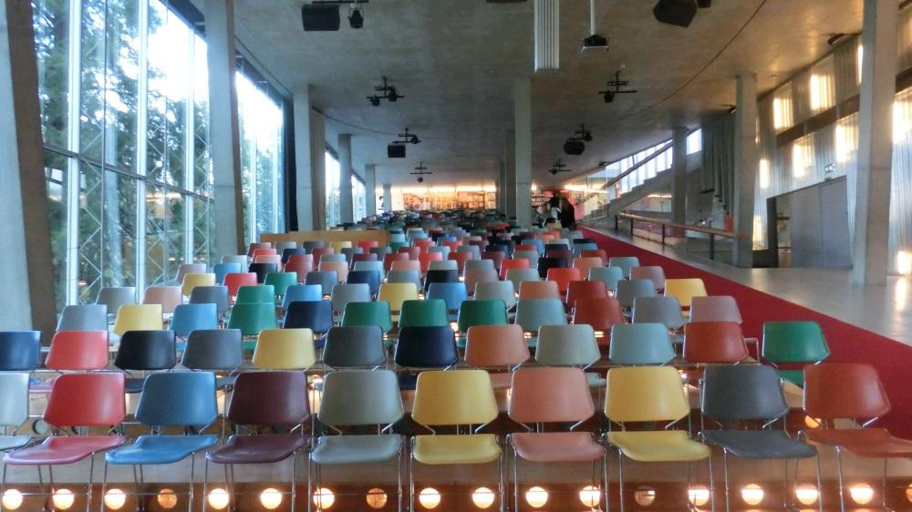 Gekleurde stoelen.jpg