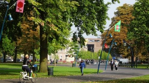 Wandelaars en fietsers in stadspark het Valkenberg