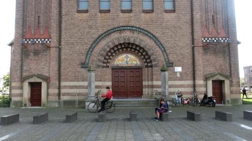 Een kerk met dambordmotieven