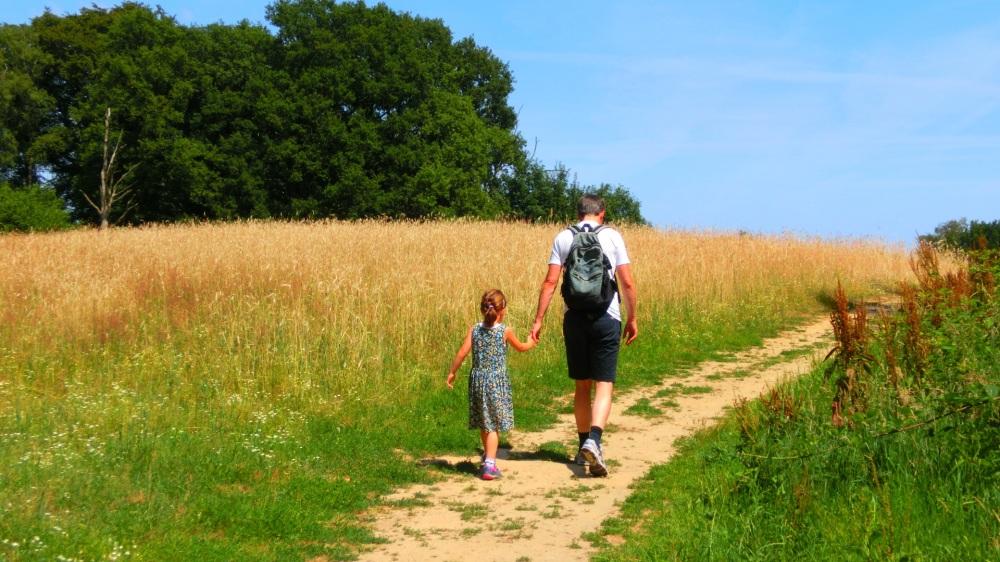 Ouders met kinderen wandelen de N70