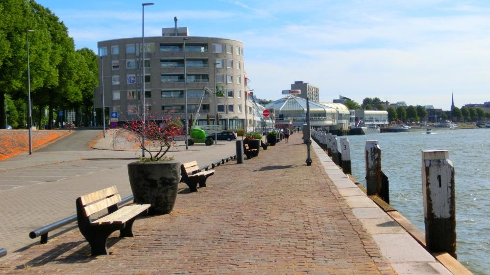 Wandelen over de Maasboulevard