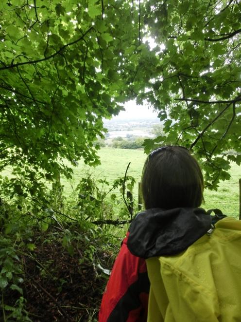 Met regenjas en regenhoes