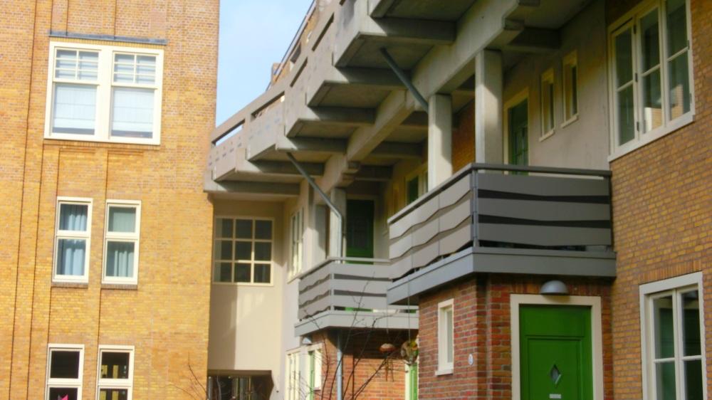 Baksteen en groene deuren