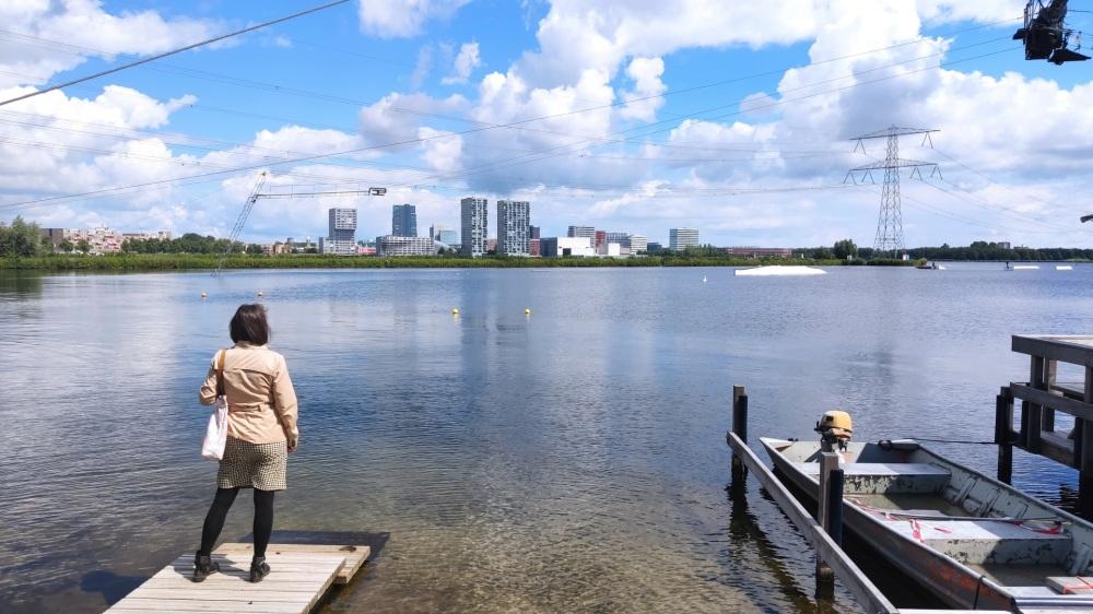 Almere, wandelen langs architectonische hoogstandjes